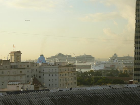 Ramblas Hotel : View of ships in port