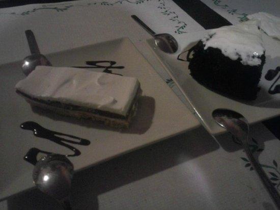 Shangri-La Vegetarian Restaurant: Fin del mundo: tarta de chocolate con cerveza negra y frosting, y Tarta tres chocolates