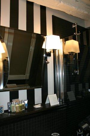 Hotel Verneuil: bathroom