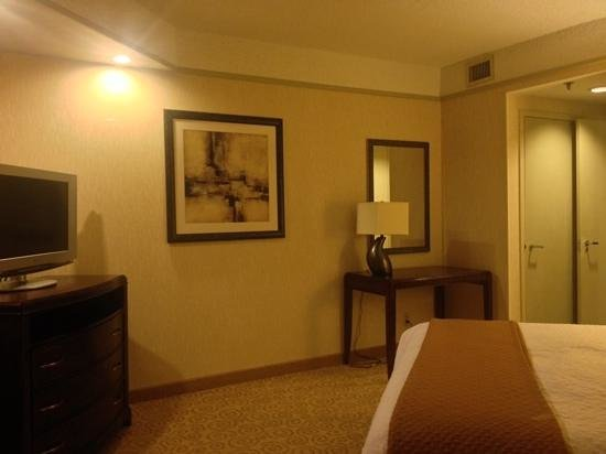 Embassy Suites by Hilton Atlanta - Galleria: spacious bedroom with lots of storage