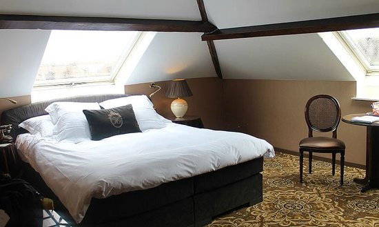 Hotel Heritage - Relais & Chateaux: The skylight just above the pillows at Hotel Heritage