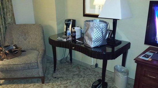Monte Carlo Resort & Casino : Desk with no desk chair