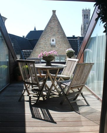 Hotel Heritage - Relais & Chateaux: The charming sundeck at Hotel Heritage