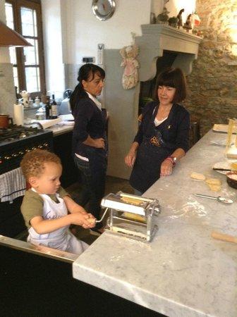 Al Gelso Bianco Farm-Holiday Resort: Making pasta