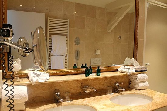 Hotel Heritage - Relais & Chateaux: The spacious washroom at Hotel Heritage