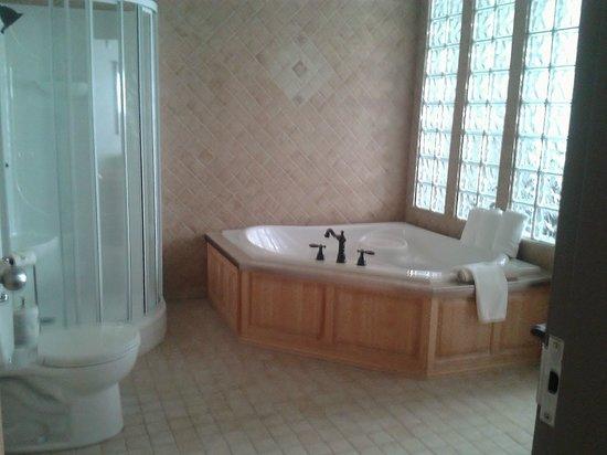 BEST WESTERN PLUS Woodstock Hotel & Conference Centre: En suite Washroom in King  Suite