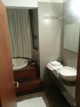 Hotel Beit Maimon : Bathroom with tub