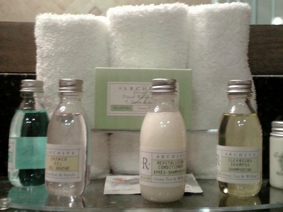 BEST WESTERN PLUS Woodstock Hotel & Conference Centre: Items on counter in En Suite Washroom of King  Suite