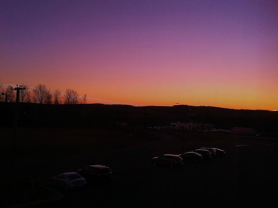 BEST WESTERN PLUS Woodstock Hotel & Conference Centre: View at Sunset from King Suite