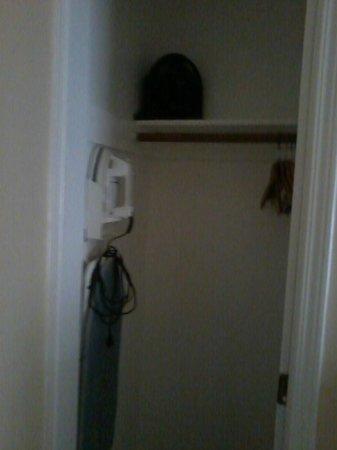 Hotel Beresford: ARMÁRIO