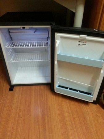 Villaggio Olimpico : Il frigo bar ....vuoto