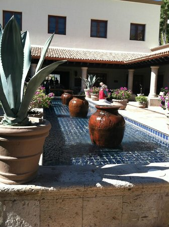 Pueblo Bonito Sunset Beach Golf & Spa Resort: Courtyard outside the chapel