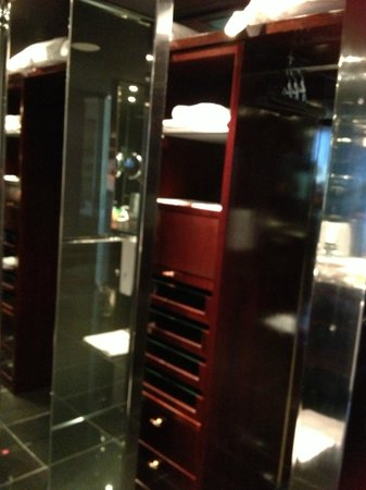 NH Collection Barcelona Tower: l'armoire dressing