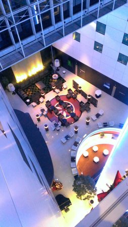 Sheraton Amsterdam Airport Hotel and Conference Center : Looking down into the lobby
