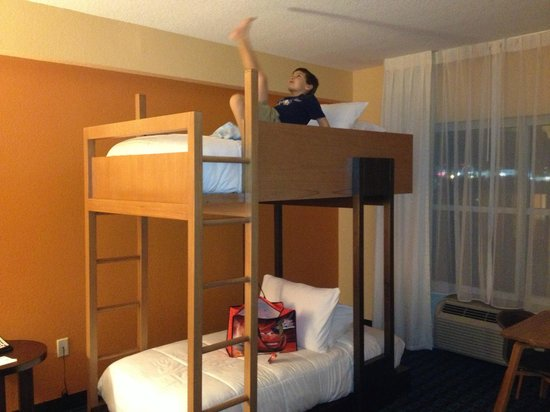 Fairfield Inn & Suites Orlando International Drive/Convention Center: playing on the top bunk