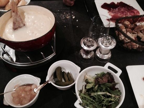 Hotel Les Campanules: fondue night