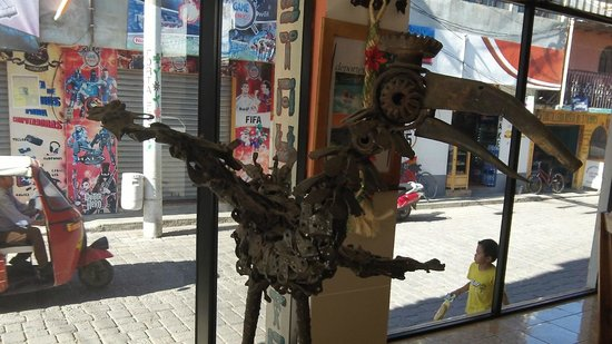 Hotel Kakchiquel: Stature from local artist in Kakchiquel dining room