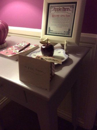 Apple Farm Inn: Honeymoon welcome gift