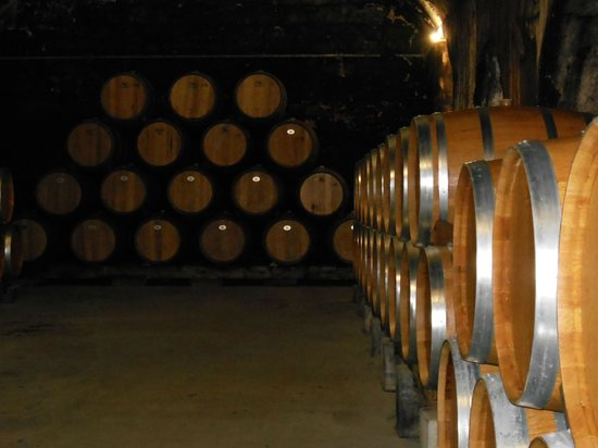 Stone Hill Winery: Wine barrels