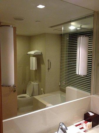 Sukhumvit 12 Bangkok Hotel & Suites : Bathroom