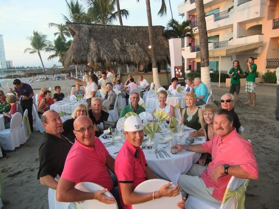Crown Paradise Golden Resort Puerto Vallarta: Good friends during the Returnee Party!!