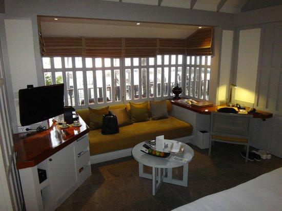 The Surin Phuket: Sitzgelegenheit im Zimmer