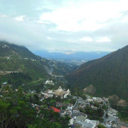 Stubel Suites and Cafe: La vista desde el hotel: la Iglesia de Guápulo y los Valles de Tumbaco y Cumbaya