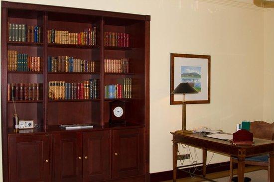 Hotel Kamp: Bookcase in Room