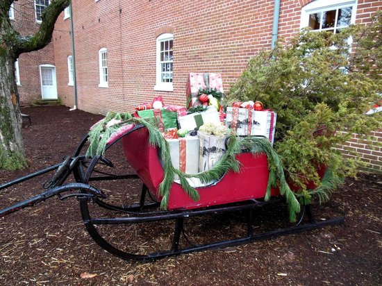 Stone Hill Winery : Sleigh in the front of the enterance