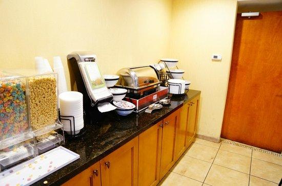 Stanford Inn & Suites: Breakfast was delicious!!