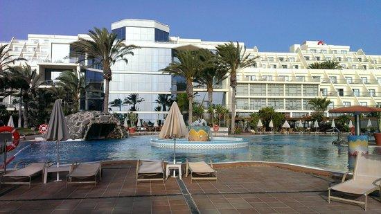 SBH Costa Calma Palace : Das Gebäude vom Pool aus