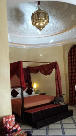 Es Saadi Marrakech Resort - Palace : bedroom with hand carved ceiling