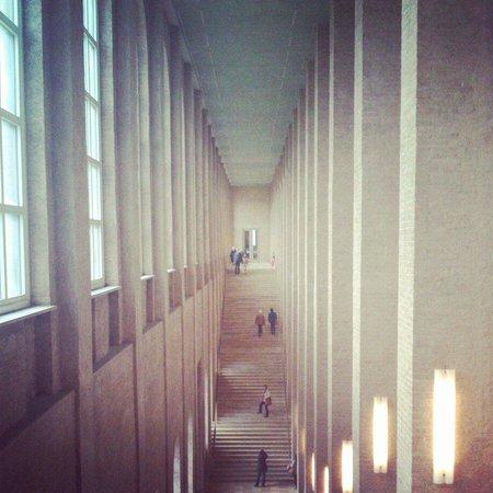 Pinacoteca Antigua: imposant corridor
