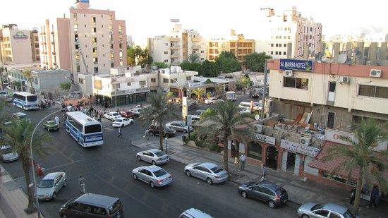 DoubleTree by Hilton Hotel Aqaba: Utsikt fra veranda mot den ene hovedgaten som omkranset hotellet