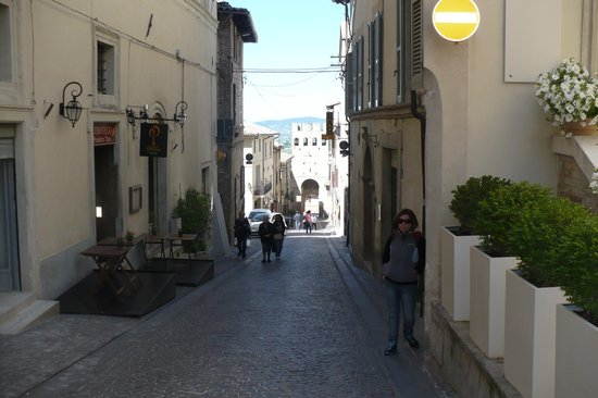 Hotel Degli Affreschi : callecita de ingreso al hotel