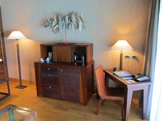 InterContinental Bora Bora Resort & Thalasso Spa: Living room, desk
