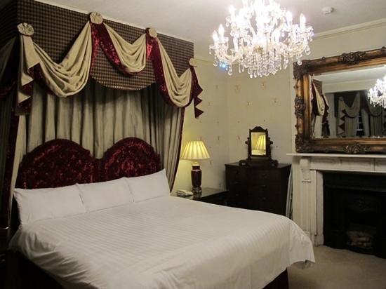 Beech Hill Country House Hotel: Letto e specchio