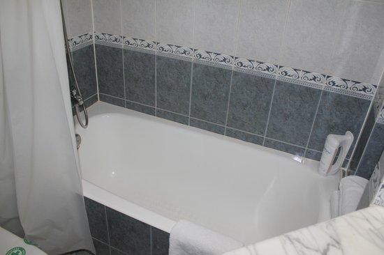 Hotel Laguna Park Madrid: Bañera de cuarto del baño y aseo.