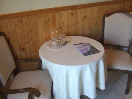 Greystone Manor Bed & Breakfast: Coffee table