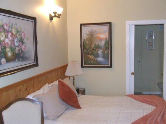 Greystone Manor Bed & Breakfast: Comfortable Bed / Bathroom entrance