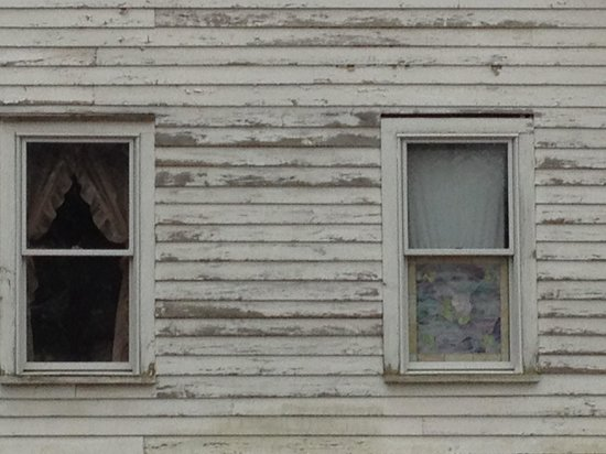 Shanley Hotel: If you look close there are two girls faces in the window