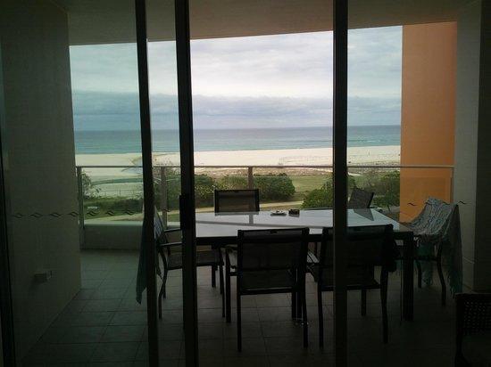 Kirra Surf Apartments : View onto Kirra Beach
