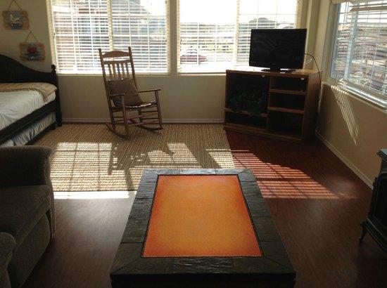 Westport Inn: Living room of the 2 bedroom suite
