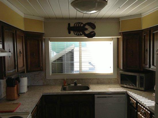 Westport Inn: Kitchen in the 3 bed 2 bath suite
