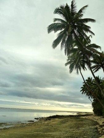 Danny's Village Homestay: Walking along the beach