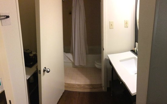 Georgetown University Hotel and Conference Center: Bathroom