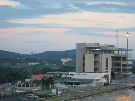Holiday Inn Panama Canal: View of the hotel from the Miraflores locks