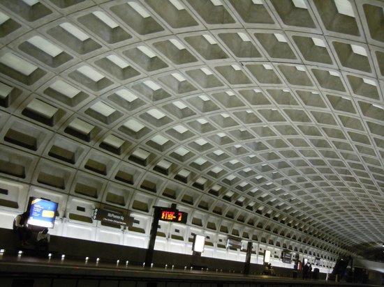 Hilton Arlington: Metro station