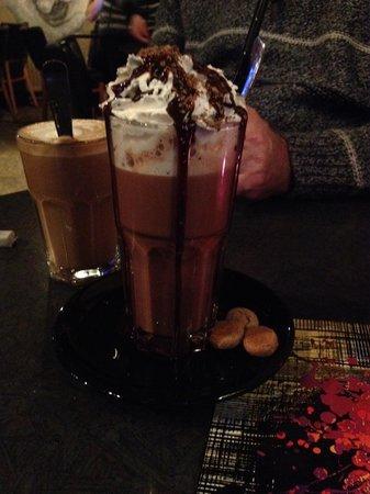 Kofinn: hot chocolate & latte