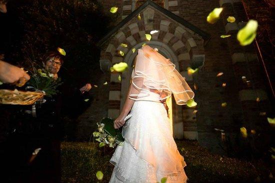 Castello di Camino: ..uscita dalla chiesa in notturno...